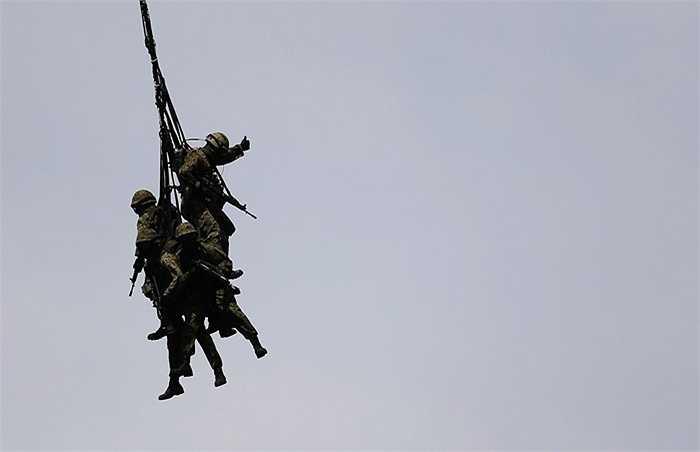Lính nhảy dù Nhật Bản đang luyện tập treo mình trên dây từ máy bay trực thăng