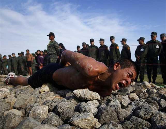 Để có thể hoàn thành chương trình đào tạo binh lính, những chiến sĩ Đài Loan, Trung Quốc  phải vượt qua bài tập bò trườn trên đá nhọn
