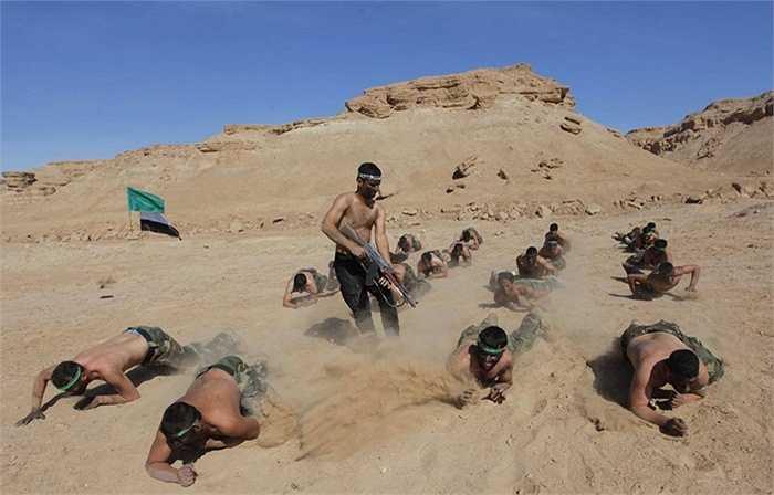 Họ còn luyện tập trườn bò trong sa mạc nóng bỏng