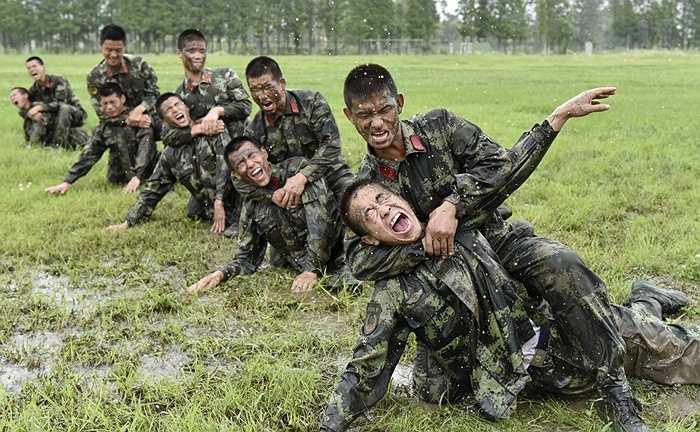 Dù dưới trời mưa hay trong các điều kiện ẩm ướt, các chiến sĩ phải luôn biết cách chiến đấu hết mình