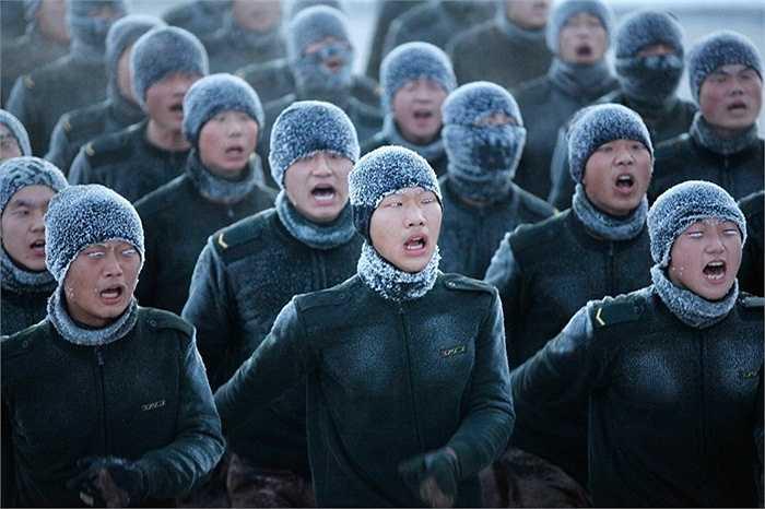 Ở phía Bắc Trung Quốc, các chiến sĩ phải luyện tập dưới nhiệt độ -30 độ C để rèn sự bền bỉ và khả năng chịu đựng