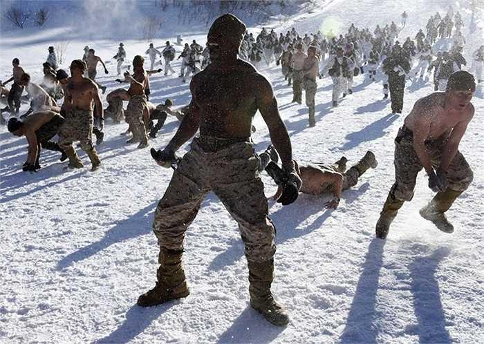 Đây là hình ảnh trong buổi tập luyện chung của quân đội Hoa Kỳ và quân đội Hàn Quốc trong điều kiện băng giá trên một đỉnh núi ở Hàn Quốc