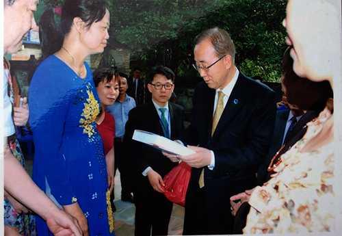 Đại diện dòng họ Phan Huy tặng sách viết về dòng họ cho ông Ban Ki Moon.