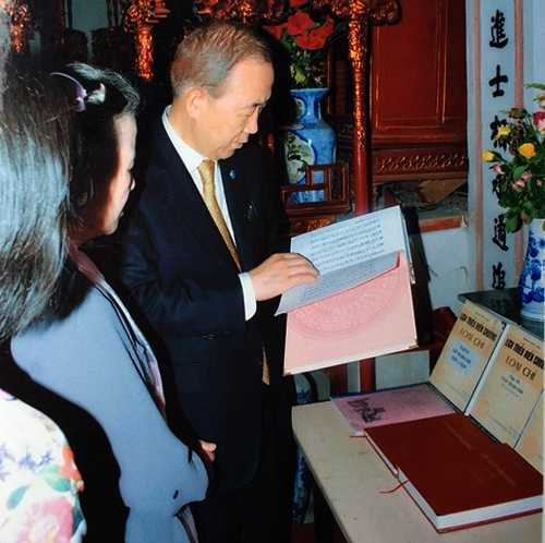 Ông Ban Ki Moon đang xem gia phả của dòng họ Phan Huy.