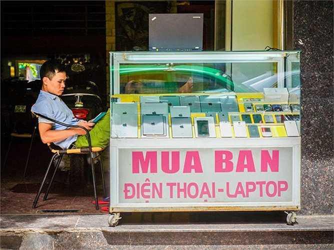 Theo Cnet, cơn sốt Apple ở Việt Nam khiến iPhone, iPad trở thành mặt hàng phổ biến tại các tiệm cầm đồ. Bức hình được chụp tại một cửa hàng thanh lý đồ cầm cố trên phố Đặng Dung (Hà Nội).