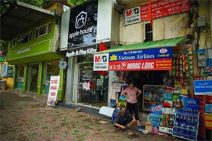 Gần như mọi ngóc ngách tại Việt Nam đều có cửa hàng bán sản phẩm Apple hoặc ít nhất sử dụng logo 'táo khuyết' tại cửa hàng của họ. Người dân Việt Nam sử dụng đồ có logo Apple khắp mọi nơi, từ mũ bảo hiểm đến quần áo, cặp sách.