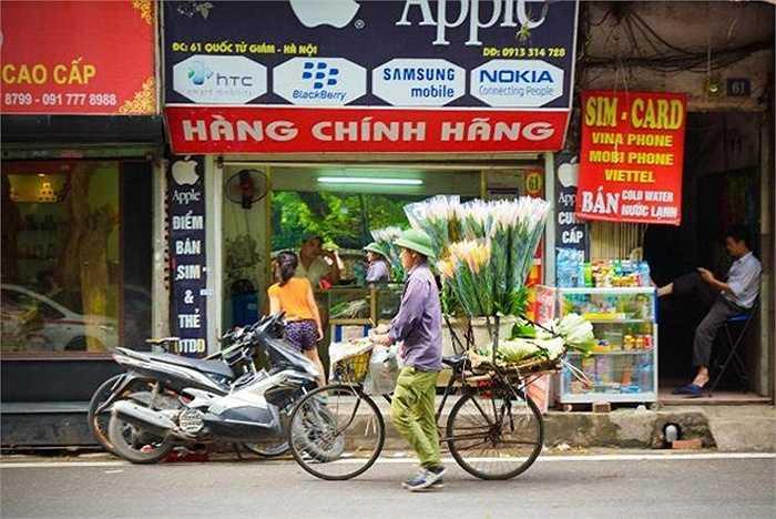 Một cửa hàng trên phố Văn Miếu bày bán sản phẩm Apple bên cạnh smartphone của Samsung, HTC, BlackBerry hay Nokia.