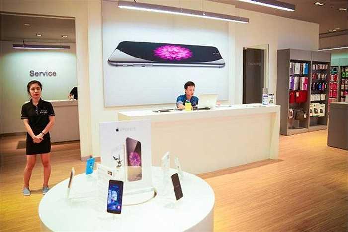 Những cửa hàng như thế này bày bán mọi sản phẩm Apple, từ iPhone, iPad, MacBook cho đến các loại phụ kiện.