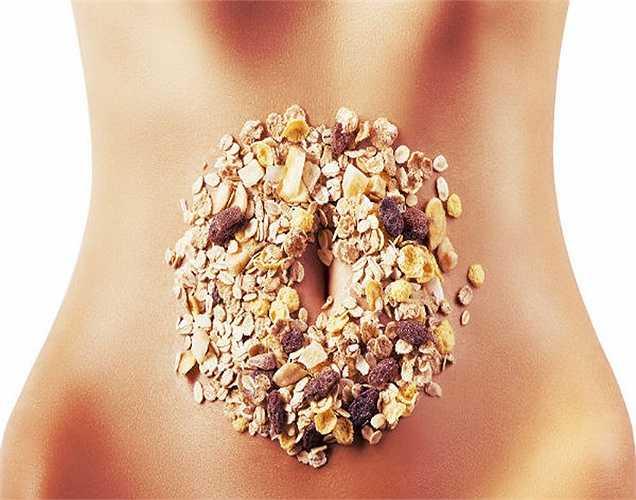 Thêm chất xơ vào chế độ ăn: Thực phẩm chứa chất xơ rất quan trọng trong chế độ ăn uống hàng ngày vì nó giúp lọc rửa chất độc hại trong ruột. Các thực phẩm như gạo nâu, bánh mì ngũ cốc và một số loại hoa quả như chuối giúp cho hệ tiêu hóa sạch sẽ và khỏe mạnh.
