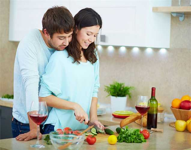 Thói quen nấu ăn lành mạnh: Luộc rau thay vì chiên và xào. Chỉ sử dụng lò vi sóng với bát đĩa thân thiện trong khi làm nóng thức ăn để ngăn chặn sự ảnh hưởng của chất liệu bát đĩa đến thực phẩm.