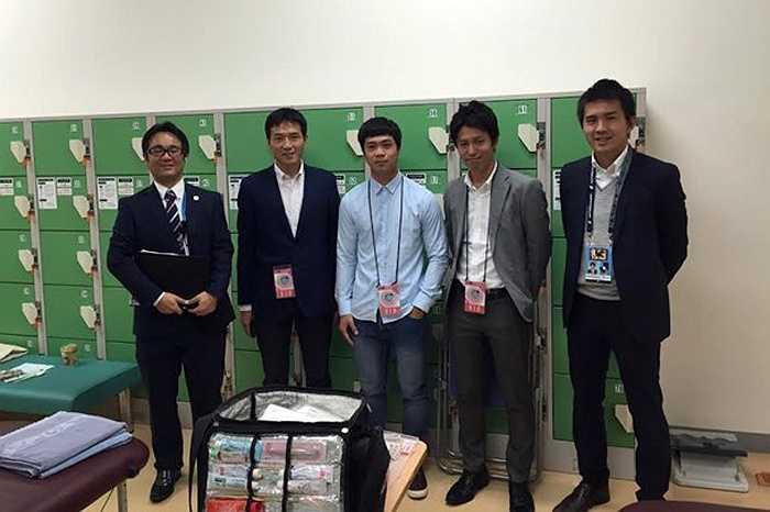 Sau đó tiền đạo của HAGL được dẫn đi thăm cơ sở hạ tầng của Mito Hollyhock.