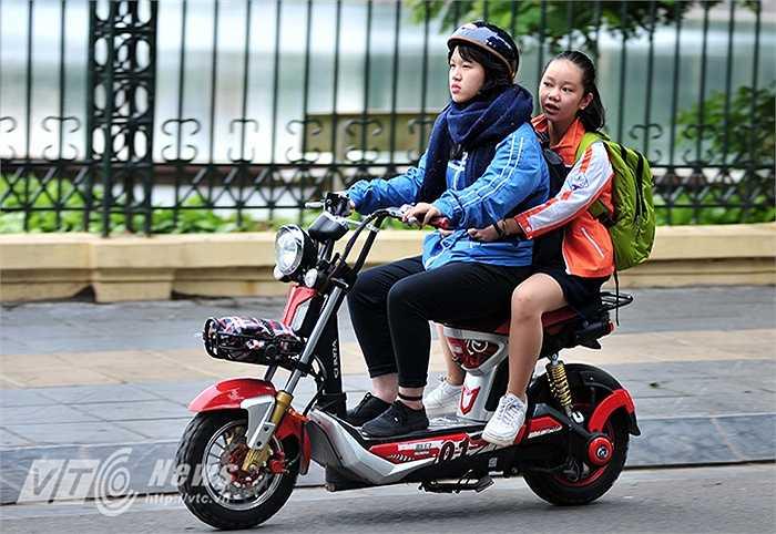 Tại thủ đô Hà Nội, có mưa rào và dông vài nơi. Nhiệt độ thấp nhất 17 – 20 độ C. Nhiệt độ cao nhất 21 – 24 độ C.