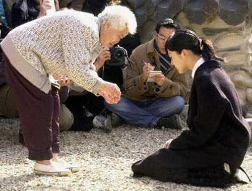 Cô phải quỳ gối cầu xin sự tha thứ từ những người phụ nữ Triều Tiên đã từng bị ngược đãi trong thế chiến 2.