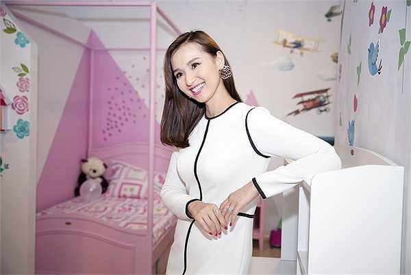 Vừa qua, Lã Thanh Huyền có tham gia sự kiện khai trương đồ nội thất dành cho trẻ em của Nhật Bản tại một trung tâm thương mại mới của Hà Nội.