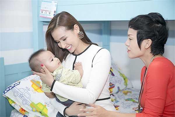 Nhìn thấy cậu nhóc đáng yêu của Thái Thuỳ Linh, Lã Thanh Huyền đã bế nựng, chơi đùa. Cậu nhóc làm cô nhớ lại thời điểm con trai Chum Chum của mình cũng ở tầm tuổi này.