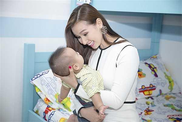 Khi hỏi về kế hoạch sinh thêm em bé, nữ diễn viên cười nói, vợ chồng cô vẫn chưa có dự định vì muốn nuôi dưỡng tốt cho Chum Chum.
