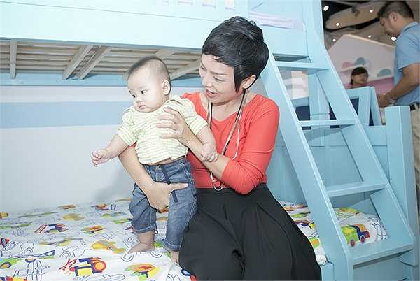 Ca sĩ Sao Mai điểm hẹn 2004 còn cho cả cậu con trai 4 tháng tuổi đi dự event.