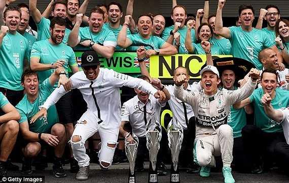Hamilton vui vẻ ăn mừng cùng các đồng đội