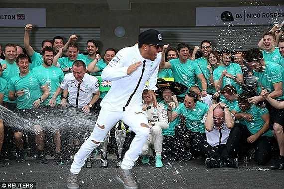Chức vô địch thế giới 2015 là lần thứ 3, Lewis Hamilton bước lên ngôi quán quân của làng F1. Anh được đánh giá là đang bước vào thời kỳ chín nhất của sự nghiệp