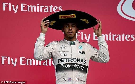 Hamilton ăn mừng cùng chiếc mũ rộng vành đặc trưng của Mexico