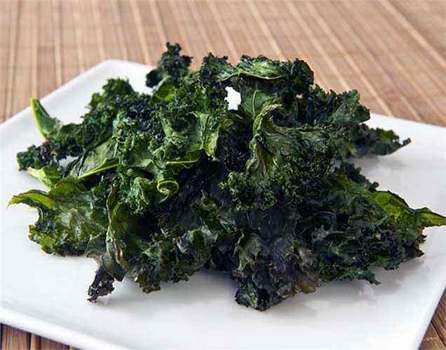 Rau cải xoăn: Loại rau họ cải này là một trong các loại rau lá xanh rất giàu vitamin K, vitamin C và đồng. Tiêu thụ 67 gram thực phẩm này, sẽ giúp xây dựng hệ miễn dịch và chống lại các căn bệnh nhiễm khuẩn.