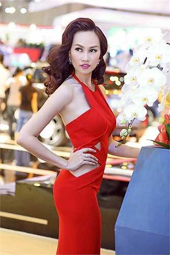 Á hậu Việt Nam toàn cầu Kim Duyên đang làm MC tại đài HTV.