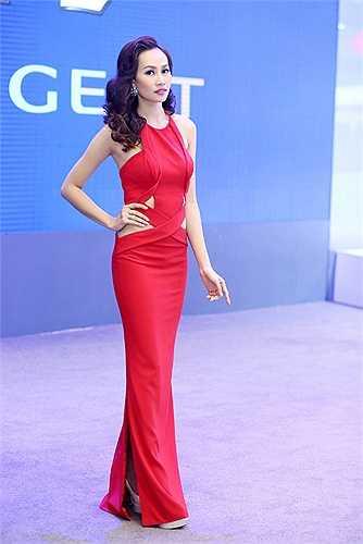 Người đẹp tích cực tham gia các hoạt động trong showbiz.