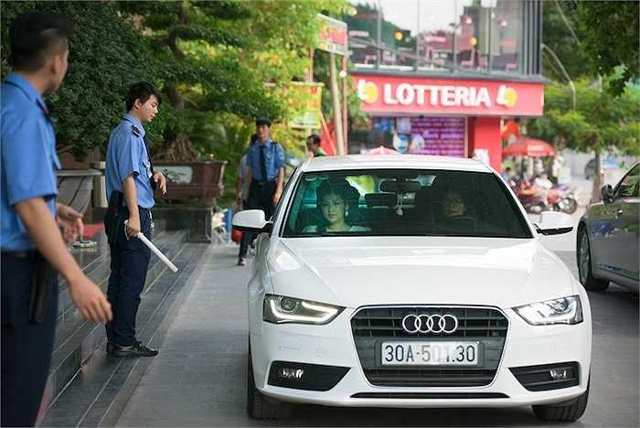 Cuối tuần qua, người đẹp  - Á Hậu Việt Nam 2012 Dương Tú Anh đã được mẹ dùng xe sang bạc tỷ đưa đi tham dự một sự kiện diễn ra tại Hà Nội.