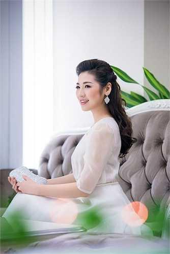 Á hậu Việt Nam 2012 còn nhận được nhiều lời mời tham gia chụp hình vì phong cách thời trang thanh lịch kín đáo và gương mặt bầu bình, vừa hiện đại nhưng không bị mất đi sự cuốn hút của cô gái Á Đông.