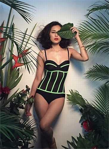 Vóc dáng thanh mảnh của Hạ Vi rất hợp với những bộ đồ bikini quá không quá hở hang.