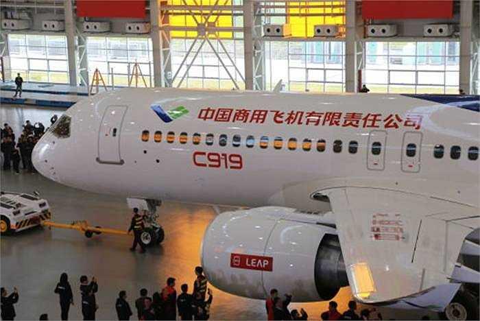 Máy bay C919 là dòng máy bay tầm trung và xa do Trung Quốc thiết kế và sản xuất. Lễ ra mắt được tổ chức tại Trung tâm chế tạo máy bay Phố Đông (Thượng Hải)