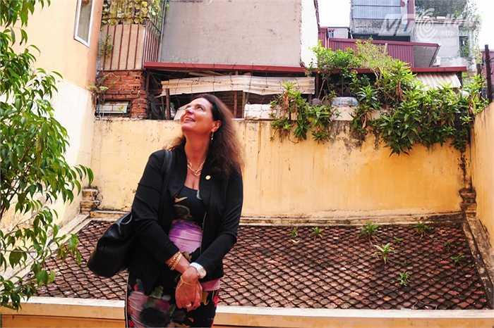 Bà Christine Defraigne ngắm nhìn các lớp mái ngói cổ kính