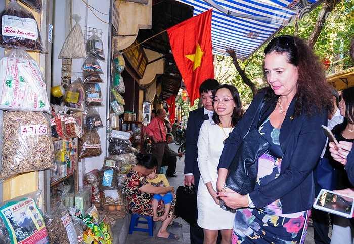 Bà Christine Defraigne xem cận cảnh một số vị thuốc được bày bán trên phố Lãn Ông
