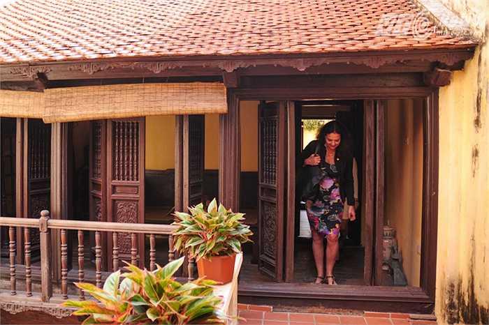Bà Christine Defraigne tham quan kỹ càng từng gian của ngôi nhà
