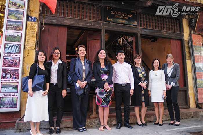 Đoàn Chủ tịch thượng viện Vương quốc Bỉ chụp ảnh lưu niệm trước căn nhà số 87 Mã Mây