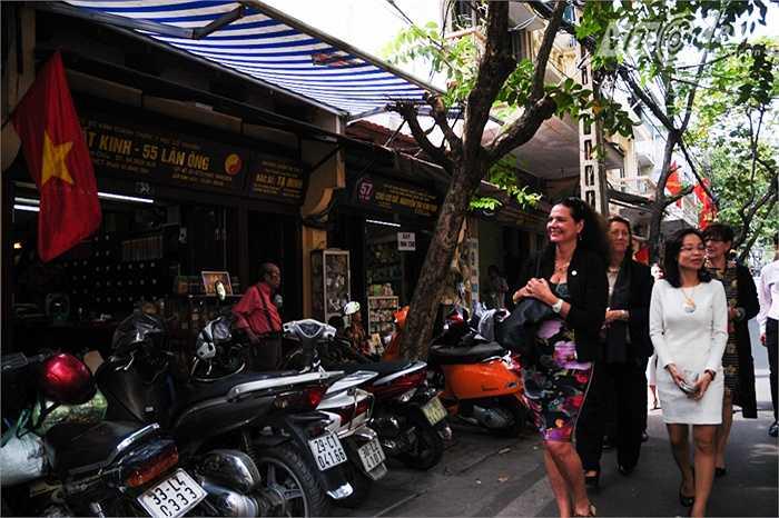 Bà Defraigne thích thú với những ngôi nhà bán thuốc bắc trên con phố này