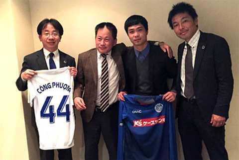 Lãnh đạo đội bóng Nhật Bản tặng Công Phượng áo đấu Mito Hollyhock trước khi về nước.