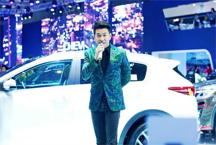 Tham gia trình diễn tại một sự kiện vừa qua, ca sỹ Hồ Trung Dũng đã khiến khách tham quan bất ngờ với phong cách trẻ trung của mình.