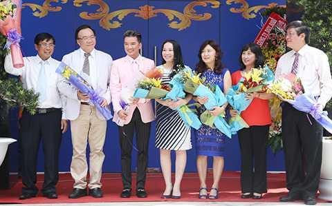 Ông hoàng nhạc Việt nhận hoa cảm ơn của BTC chương trình sau tiết mục biểu diễn.