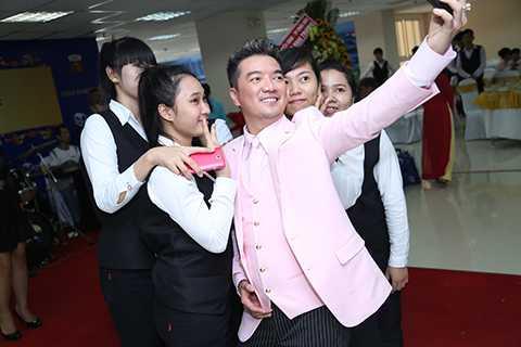 Ông hoàng nhạc Việt thích thú với phần tự sướng cùng người hâm mộ.