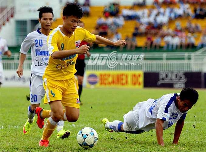 Anh nổi lên là một chân sút toàn diện và là cây săn bàn chủ lực của đội bóng nhà bầu Hiển. (Ảnh: Quang Minh)