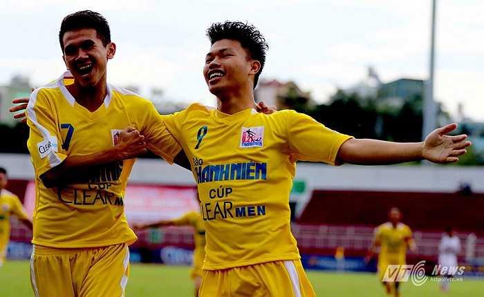 Ở trận đấu cuối cùng, ngay phút thứ 4, Văn Thành đã đưa U21 Hà Nội T&T vượt lên với một  pha đệm bóng cận thành. (Ảnh: Quang Minh)
