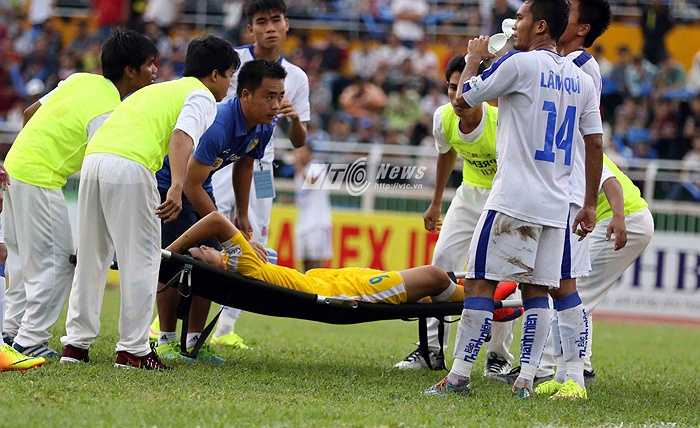 Văn Thành bị đau trong hiệp 2 và phải rời sân khiến U21 Hà Nội T&T mất đi sự sắc nhọn và để cho U21 An Giang có bàn rút ngắn tỷ số. (Ảnh: Quang Minh)