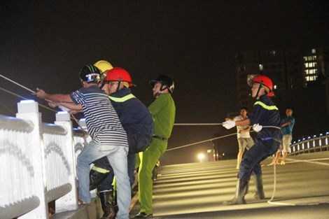 Hàng trăm cảnh sát được điều ra hiện trường ứng cứu.