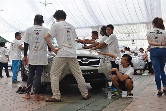 Đây là lần thứ 5 anh Nguyễn Phước Huynh từ Việt Nam sang Singapore tham gia giải đấu này. Trong ảnh, anh ngồi xuống sau ngày thứ 2 đứng bên xe, khi vẫn còn hơn chục đối thủ trụ lại so kè.