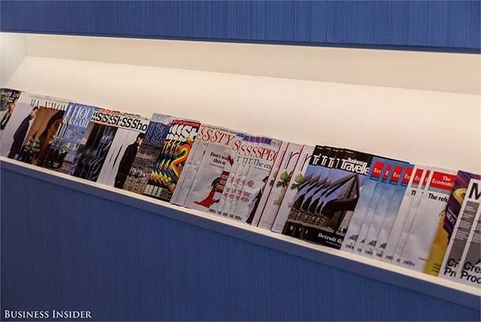 Nhiều loại tạp chí, internet và khu vực làm việc phục vụ hành khách.