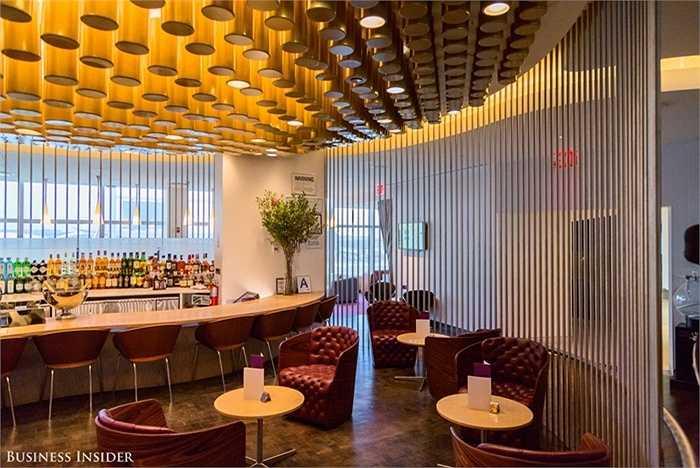 Không gian quầy bar sang trọng, độc đáo bao quanh bởi hệ thống tường cong và mở tối đa.