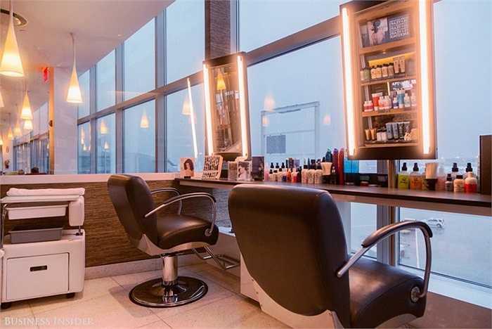 Phòng chăm sóc tóc trong lúc chờ đợi chuyến bay, giá dao động từ 30-40 USD.