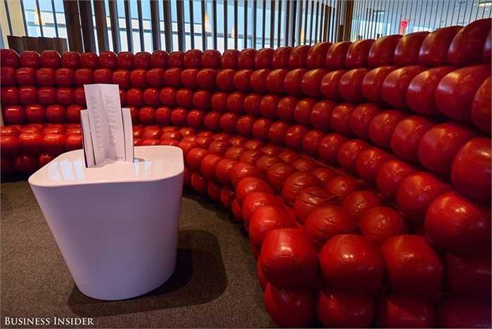 Hàng ghế bằng bóng đỏ độc đáo, êm ái.