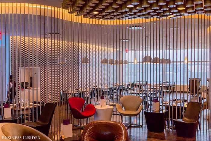 Khu vực thư giãn với thiết kế ghế thiên nga Arne Jacobsen hiện đại.